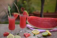 Охлаждённый арбузный сок подходит для разнообразных коктейлей.