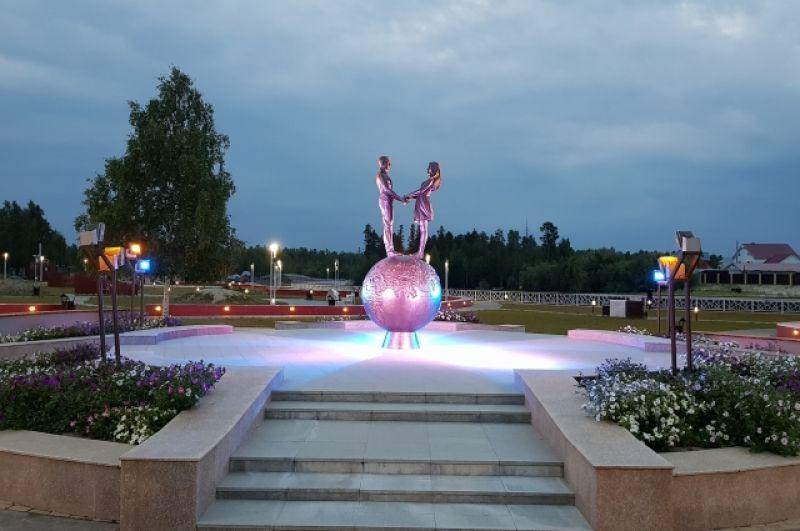 Памятники и скульптуры расположены буквально на каждом шагу.