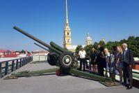 Сегодня по знаменитому выстрелу жители и гости города на Неве часто сверяют часы.