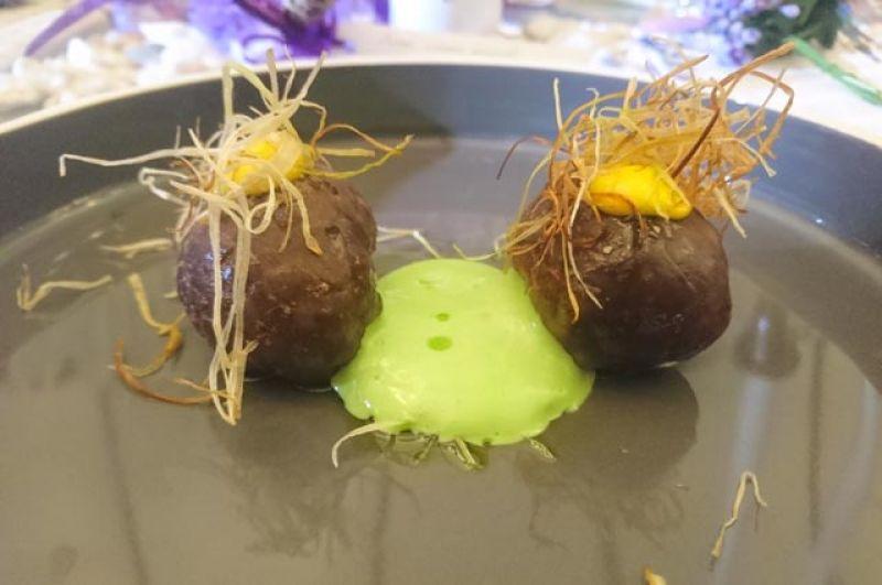 Суши из мраморной говядины с соусом айоли, сеном из лука-порея и картофелем.