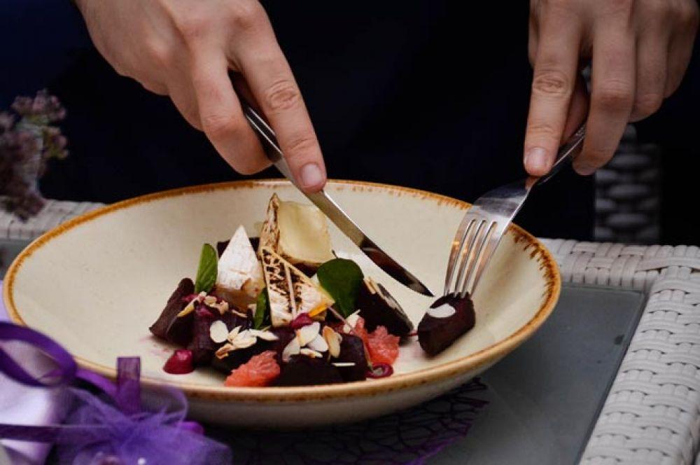 Свекольный салат с запеченным на гриле сыром бри, сочным грейпфрутом и миндальными чипсами.