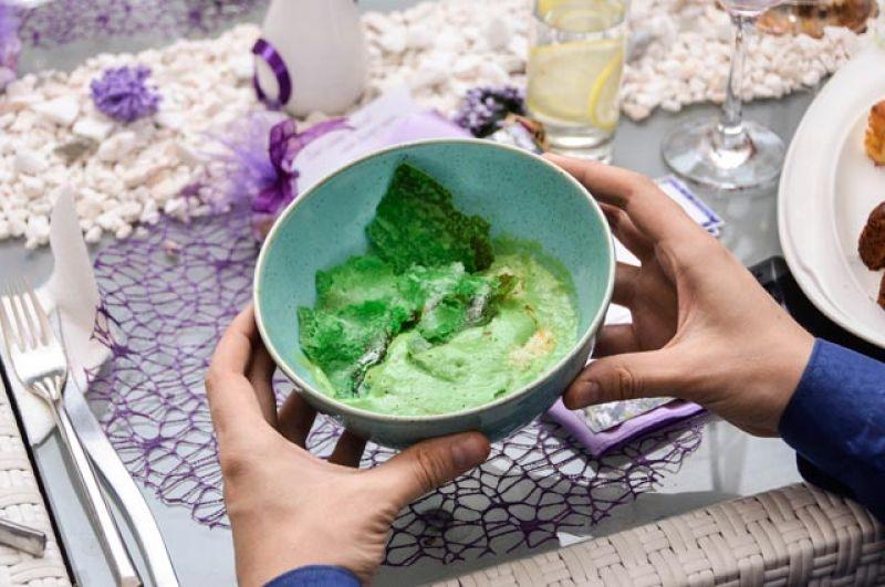 Копчёный суп из зеленого горошка в стиле капучино с судаком.