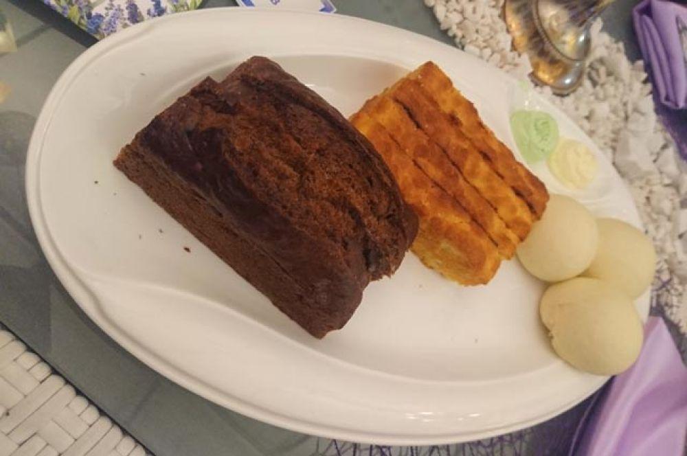 Бао, бриошь, банановый хлеб с двумя видами масла.