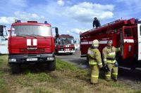 По словам одного из очевидцев, огонь настолько сильный, что спасатели едва справляются с тушением пожара.