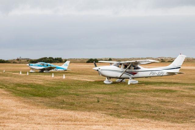 Частный самолет повредил шасси и винт в аэропорту села Толька