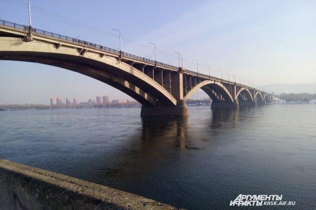 Коммунальный мост ремонтируют второй год.