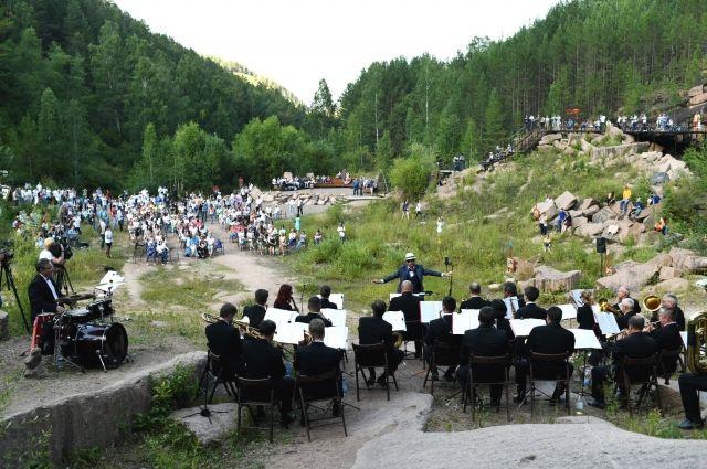 Концерт прошёл под открытым небом для иностранных гостей.