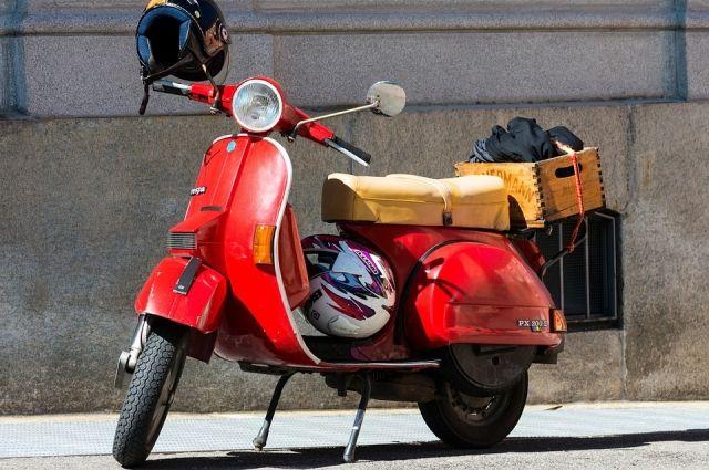 Выйдя на пенсию, женщина купила мопед и начала активно колесить на нём по России.