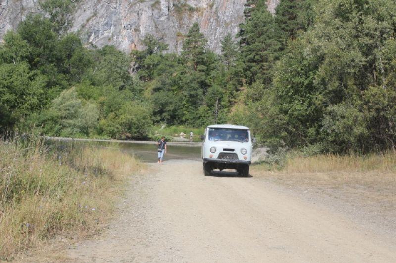 На территории заповедника может ездить только этот автомобиль. Все остальные - за периметром.