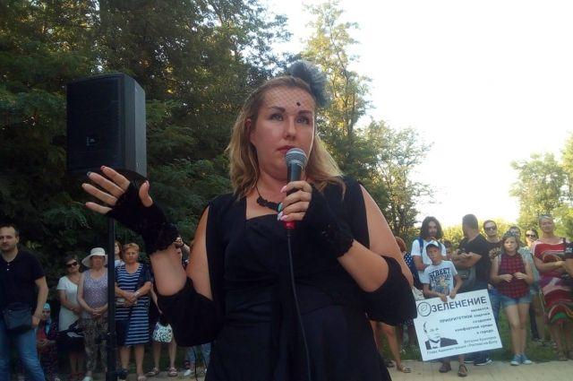 Елена Хатламаджиян на перформансе, посвященном «похоронам» Александровской рощи