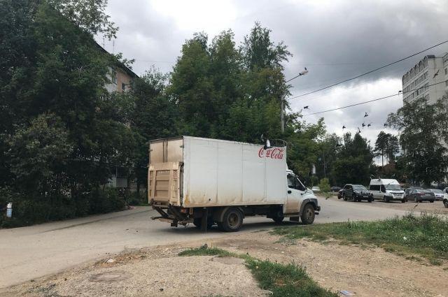В ГИБДД по Перми рассказали, что со стороны дома № 19 по улице Каляева  двигался автомобиль ГАЗ-279952. На пересечении с дворовым проездом дома № 21 грузовик сбил ребёнка.