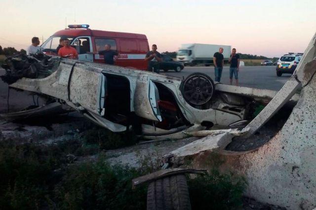 На трассе Киев-Харьков автомобиль врезался в остановку: есть жертвы