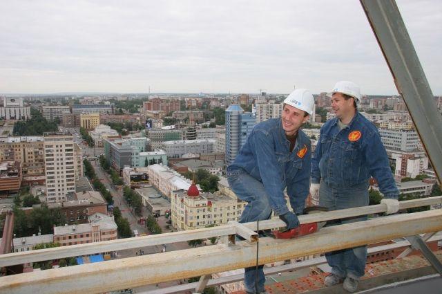 Строители видят Челябинск с высоты птичьего полёта и он им очень нравится.