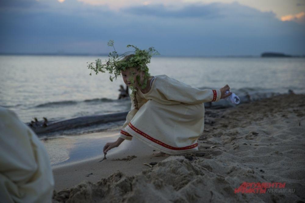 Дети, проводя лето в лагере на берегу озера случайно похищают книгу с древними заклинаниями у бабушки-отшельницы.