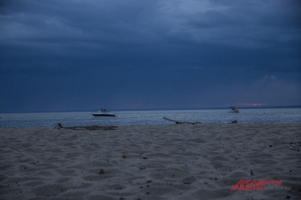 Когда на пляж прибыл наш корреспондент, небо начало хмуриться.