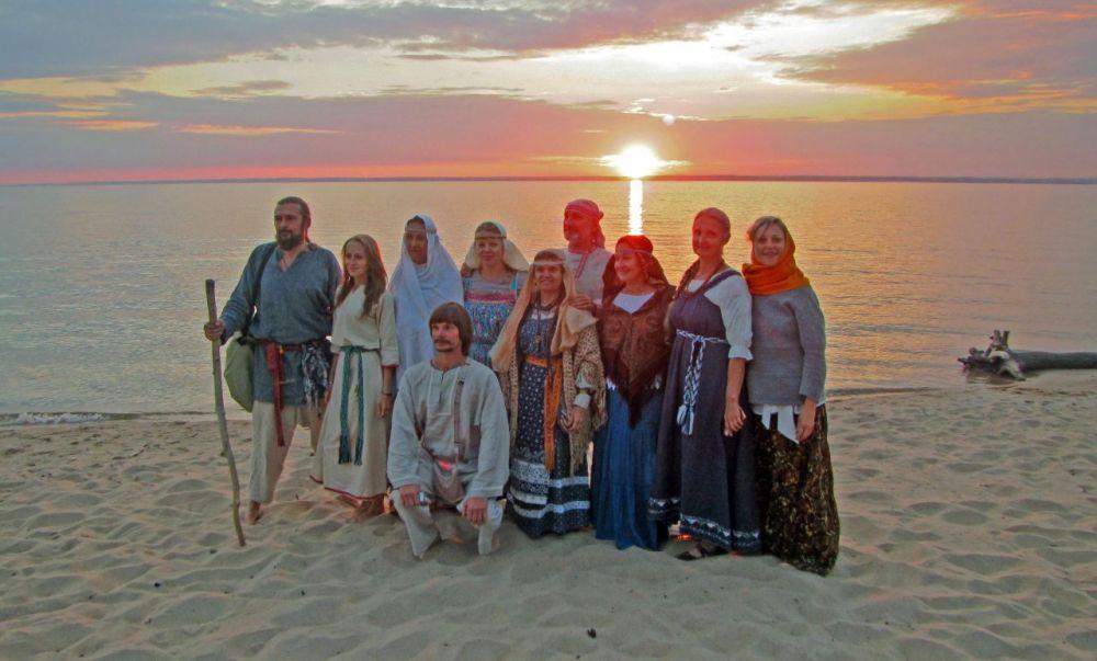 После совершения обрядов озеро перебросило детей в древнюю Русь.