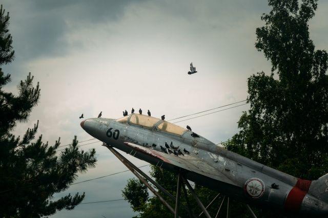 В Тюмени ищут владельца 5-метрового самолета с улицы Ямской