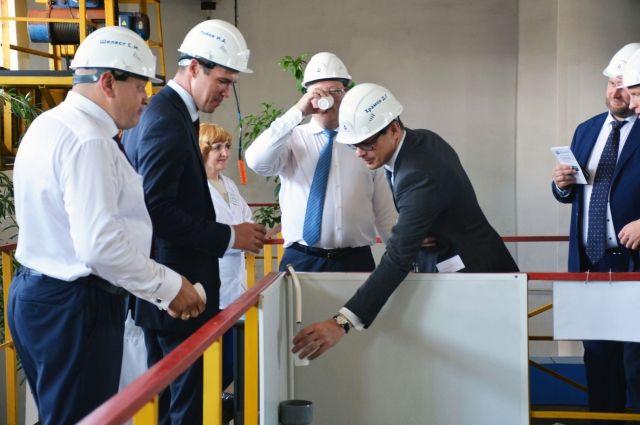 Гости дегустируют омскую питьевую воду.
