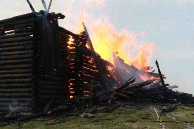 В Карелии дотла сгорела деревянная Успенская церковь XVIII века