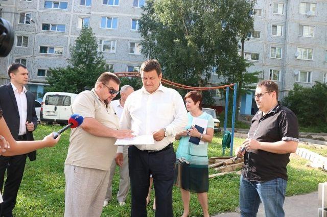 Комиссия во главе с Игорем Ляховым (в центре) проверила качество работ.