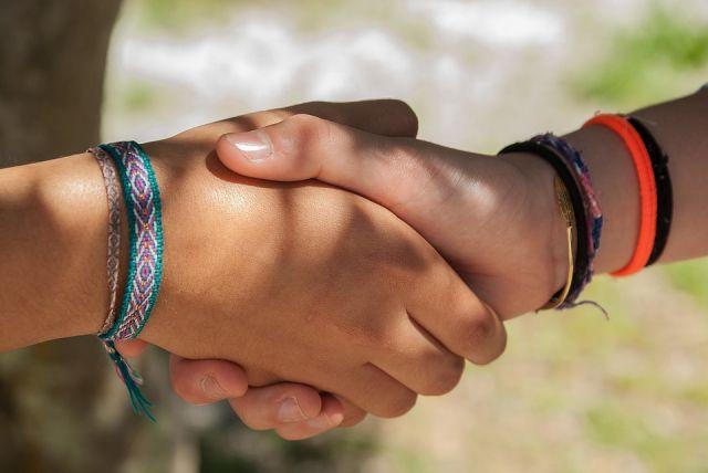 Какие болезни передаются через рукопожатие?