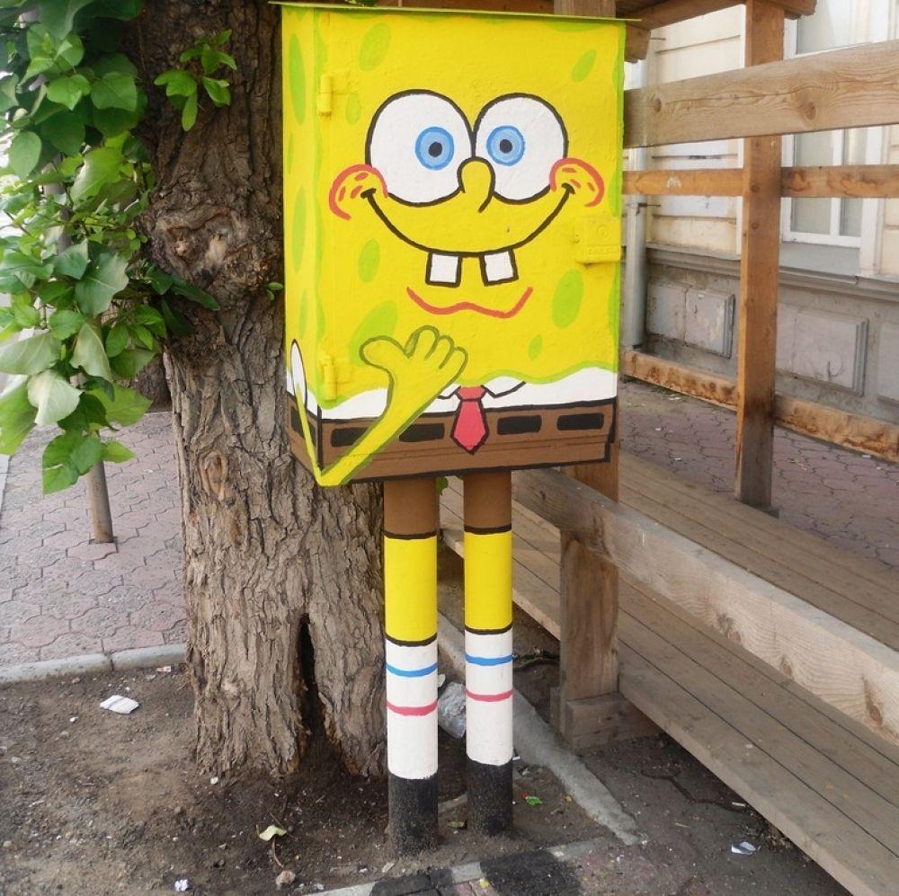 Впервые Спанч Боб появился на улице Ленина в 2010 году. С тех пор его несколько раз закрашивали и восстанавливали.