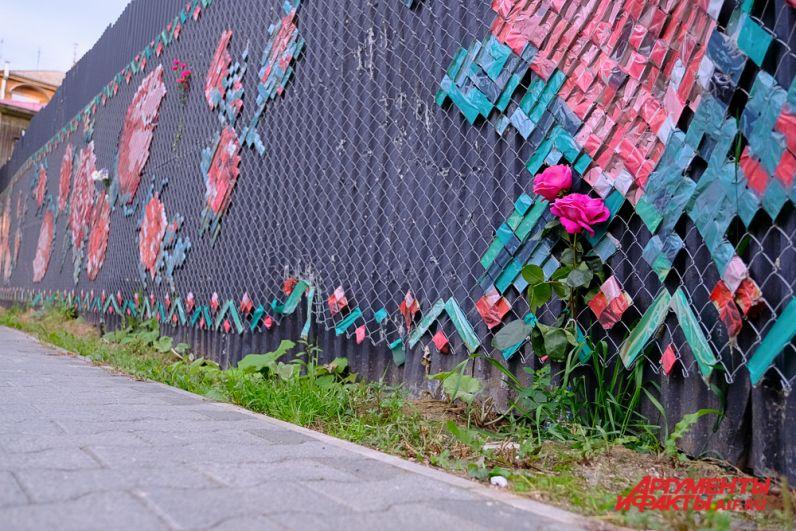 К работам художника пермяки несут цветы.
