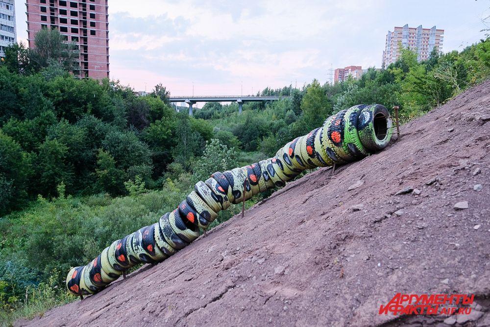 В долине реки Егошиха - арт-проект «Гусеница» из покрышек, собранных в логу.