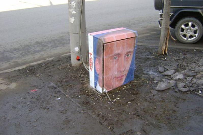 Александр Жунёв часто использовал вместо полотна - трансформаторные шкафы.