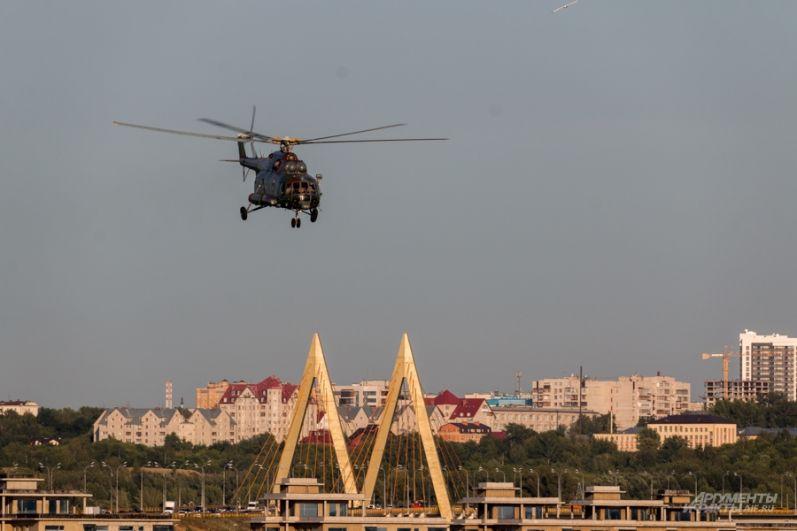 Вертолет завис в воздухе.