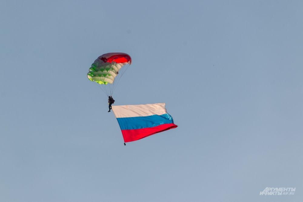 Лучшие парашютисты России исполнили прыжки на точность приземления.