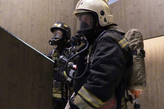 Пожарные вынесли его из квартиры в в бессознательном состоянии и передали  врачам скорой помощи.  Затем его отвезли в больницу.