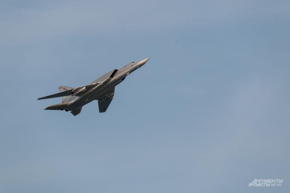 С особым нетерпением зрители ожидали пролета бомбардировщиков. На фото - Ту-22М, выпускаемый на Казанском авиазаводе.