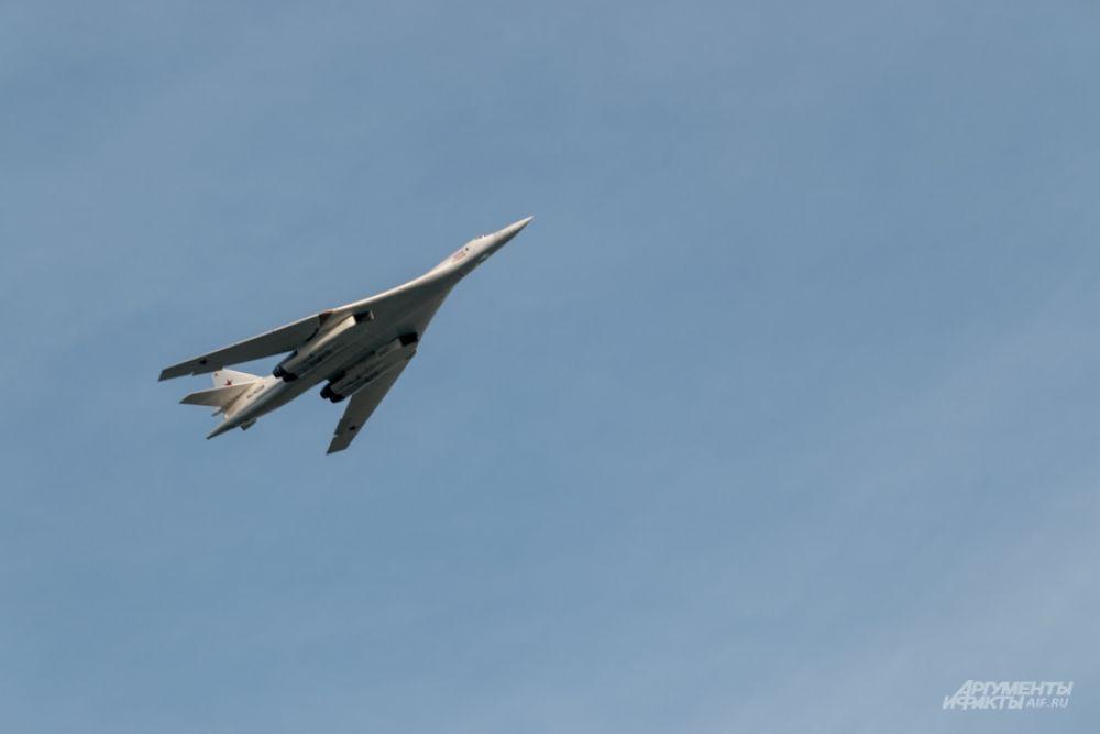 """В небо взмывает Ту-160 - """"Белый лебедь""""."""
