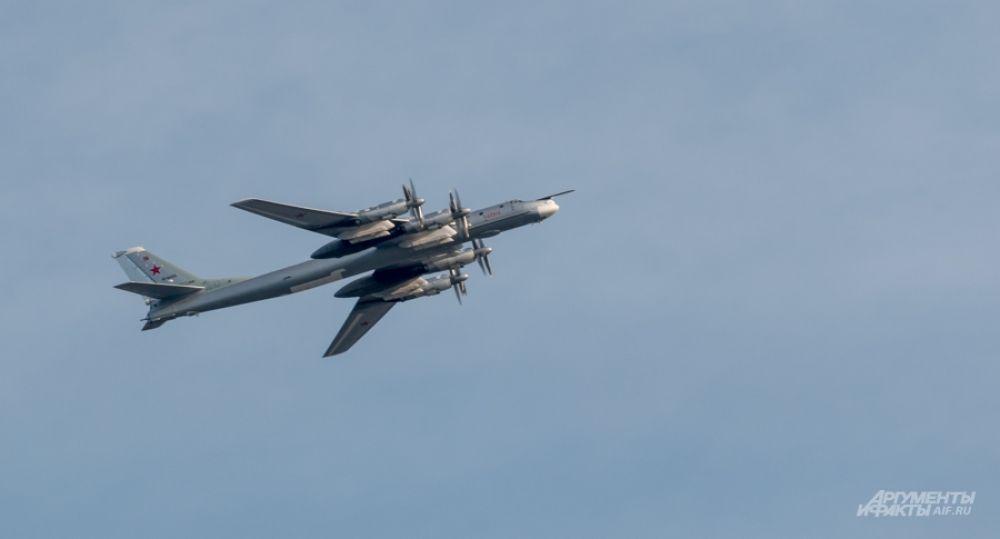Ту-95 - самый скоростной в мире самолёт с турбовинтовым двигателями. Состоит на вооружении с 50-х годов.