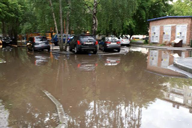 В Тюмени затопило участок улицы Харьковской и Мебельщиков на Лесобазе