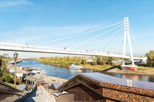 В сквере на Энергетиков установили скамью с изображением моста Влюбленных