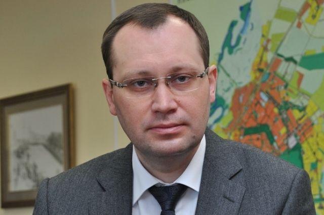 Сергей Бренев находится в отпуске и опровергает слухи.