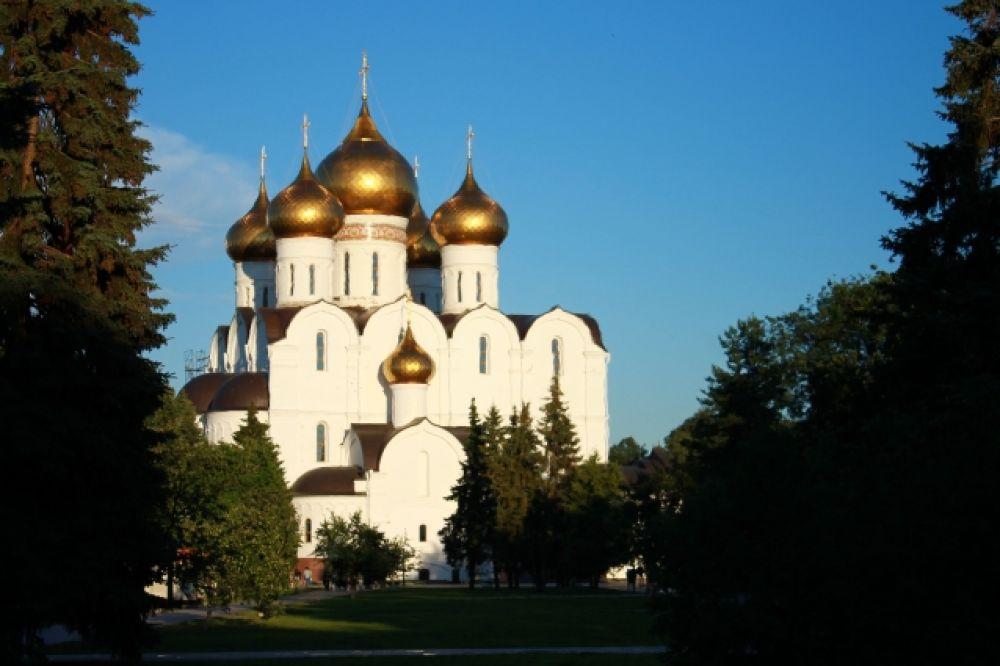 Успенский собор на Стрелке был разрушен в советские годы. Его восстановили по новому проекту в 2004-2010 годах к празднованию 1000-летия города.