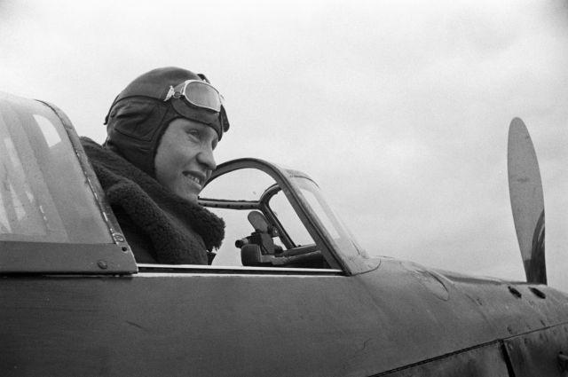 Николай Свитенко, Герой Советского Союза, летчик-истребитель.