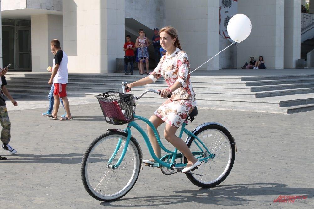 Девушки признались, что в юбках на велосипеде тоже удобно.