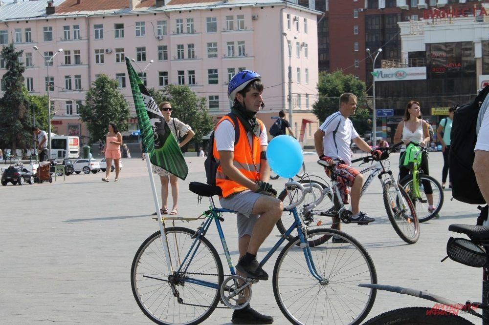 Участник велопарада с флагом.