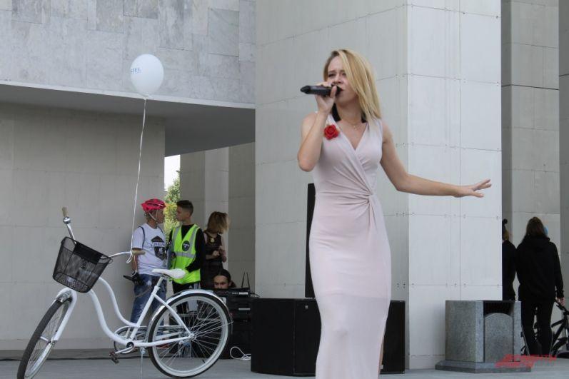 До старта перед участниками выступали певцы, музыканты и танцоры.