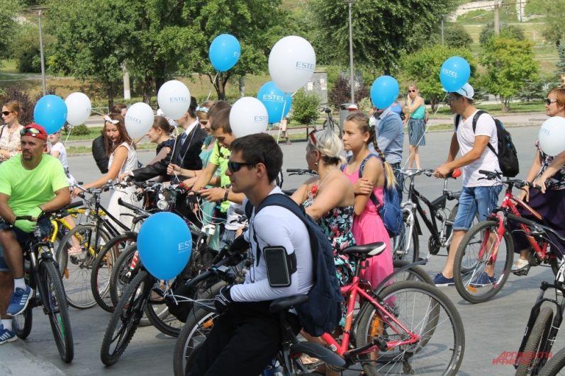 Девушки-велосипедистки были в платьях, а мужчины в любых костюмах, кроме спортивных.