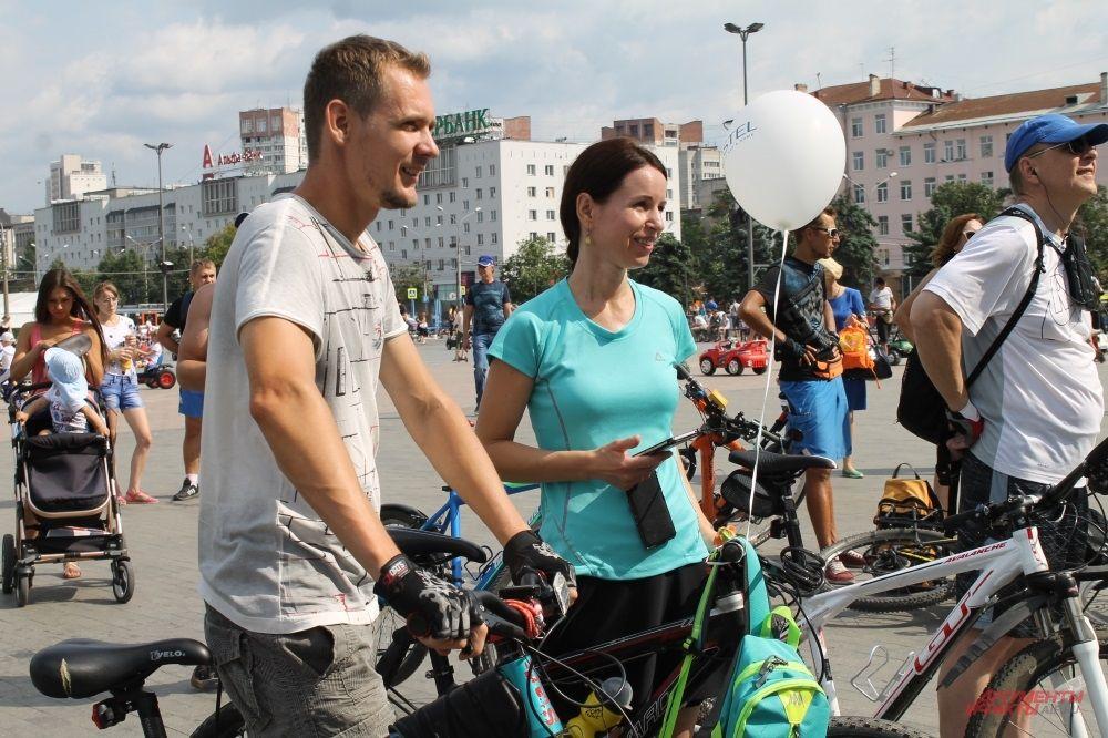 Приветствовались велосипедисты, которые познакомились, катаясь на велосипеде.