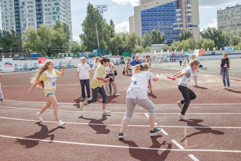 Участники на беговой дорожке.