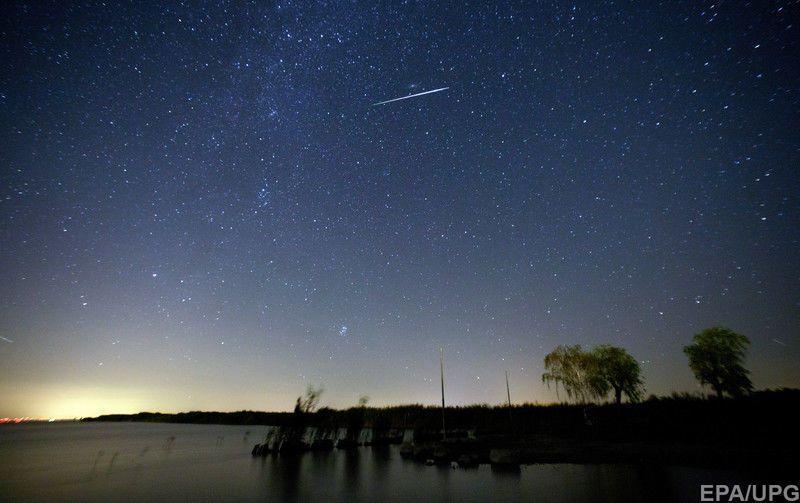 Мельчайшие из частиц сгорают в земной атмосфере, вследствие чего и образуется звездный дождь.
