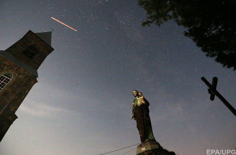 Метеорный поток наблюдается ежегодно ближе к концу лета, когда Земля проходит через шлейф кометы Свифта-Туттля.