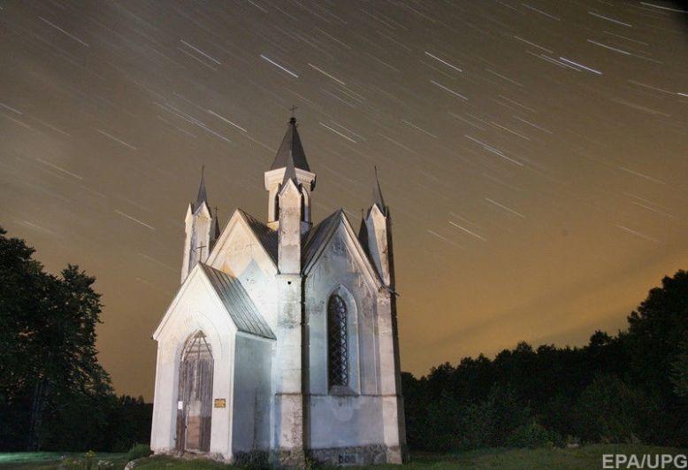 За звездопадом лучше всего наблюдать на открытой территории за городом из-за того, что свет города может затмить явление.