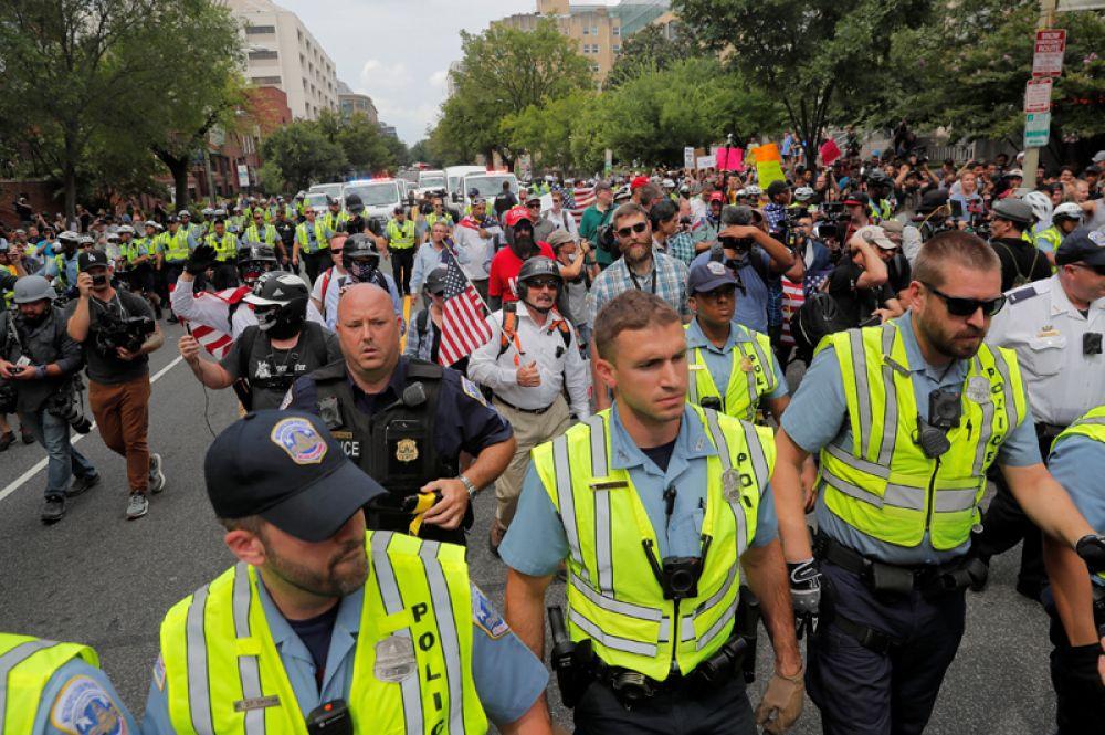 Сторонники правых активистов в сопровождении полиции на «Митинге объединенных правых» в Вашингтоне.